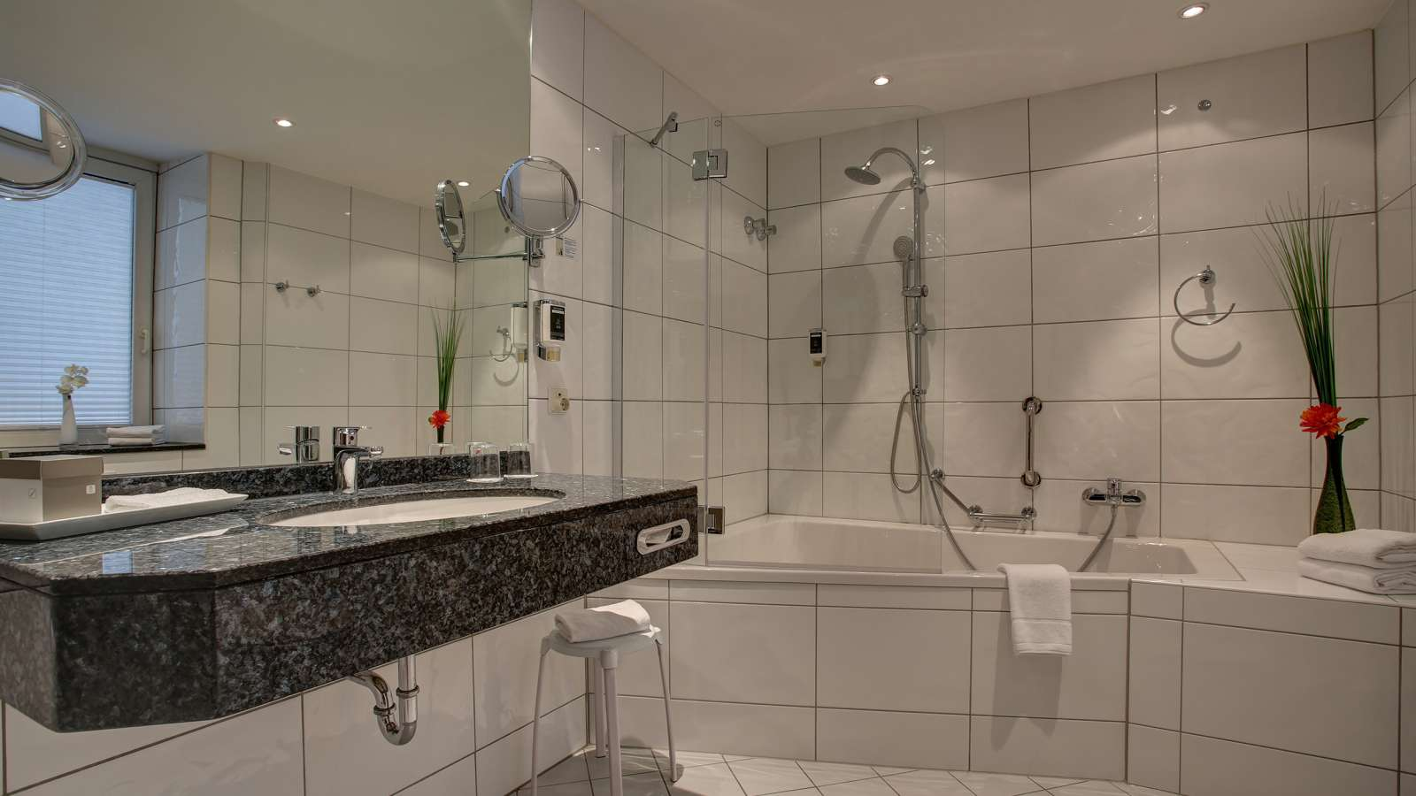 Spacious and modern bathroom in the Centro Hotel Uebachs in Düsseldorf