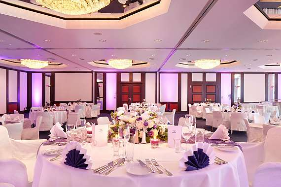 The large hall at Park Hotel Ahrensburg is perfect for romantic weddings