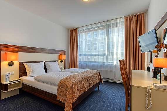 1575_10_Centro-Hotel-Celler-Tor_DZ-franz.-Bett_4.jpg?m=1567588941