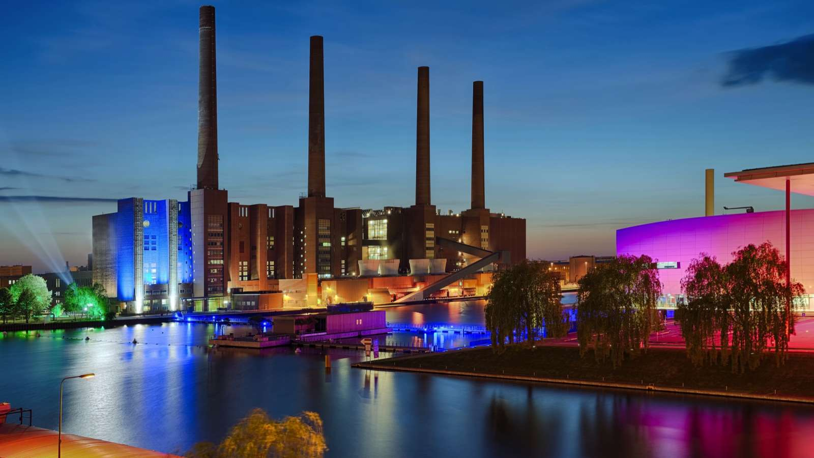 You can reach the VW-Kraftwerk in Wolfsburg in a few minutes by car from Centro Hotel Alter Wolf.